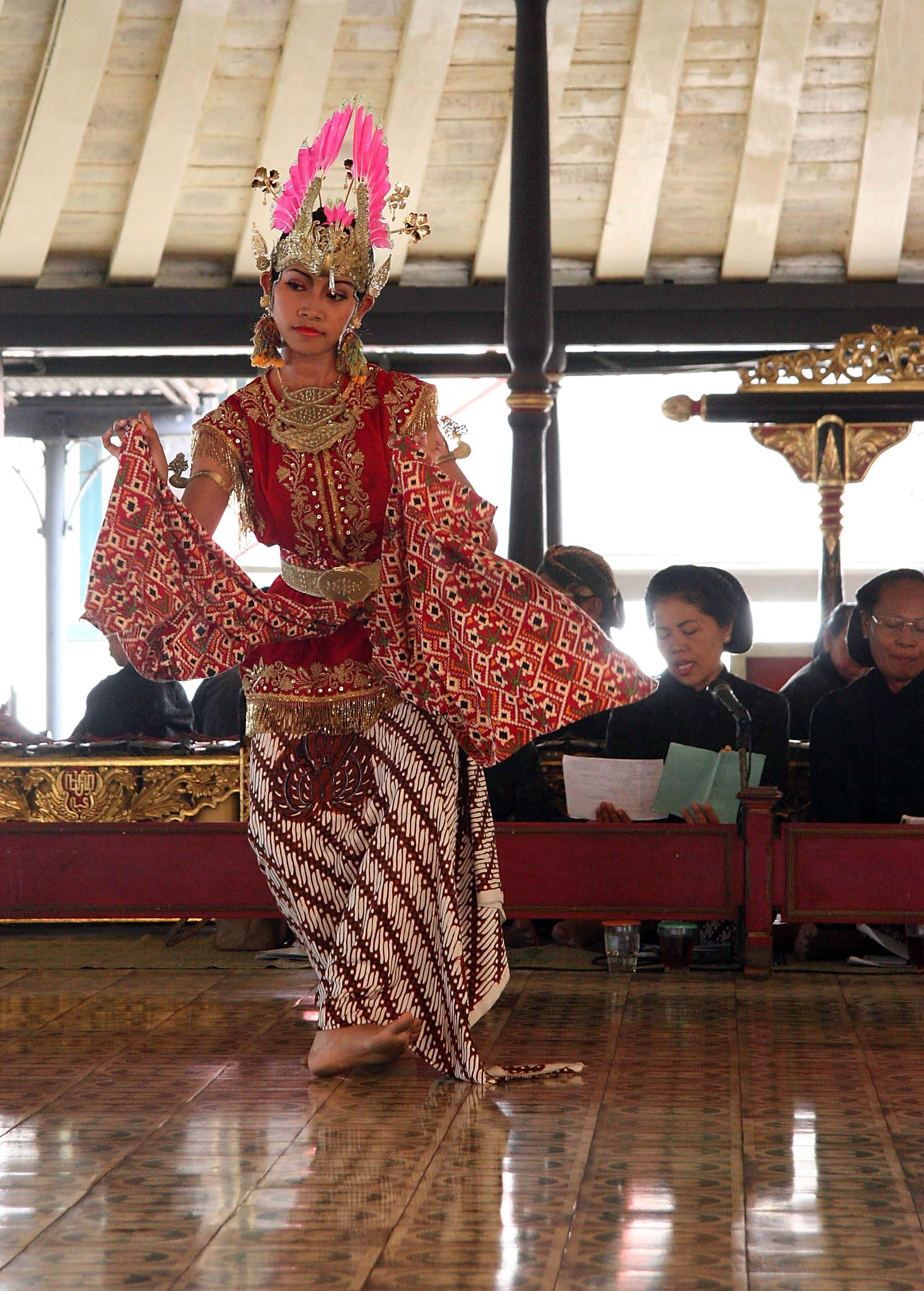 Balinese dancing in the sultan's palace, Java Yogyakarta Indonesia.jpg - Indonesia Java Yogyakarta. Balinese dancing in the sultan's palace